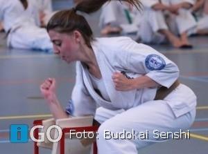 Emma vd Hul behaald zwarte band Kyokushinkai Karate