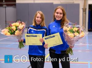 Nienke en Anneloes behalen assistenten diploma bij turnclub