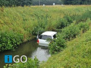 Auto te water langs N59 Schaapsweg Den Bommel