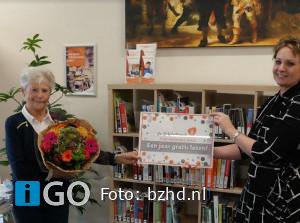 Mevrouw Tuns wint jaar gratis lezen bibliotheek Oude-Tonge