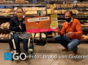 Esmee Mijnders ontvangt 500 euro voor 'Stichting het gehandicapte kind'