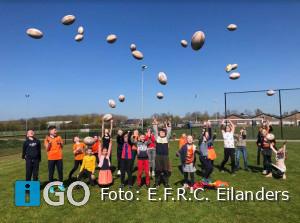 Leerlingen spelen rugby tijdens Koningsdagspelen Dirksland