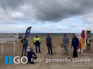 Wethouder Goeree-Overflakkee helpt met opruimen kust Ouddorp