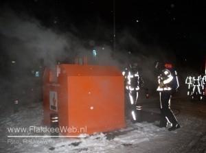 Plasticcontainer in brand achter Hema Middelharnis