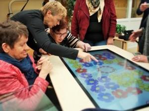 Familieraad schenkt belevingstafel aan dagbesteding Zuidwester