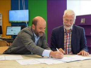Ondertekening samenwerkingsintentie GO-markt door gemeente en bibliotheek Middelharnis