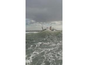 Vastgelopen kotter UK-266 maandagavond losgetrokken bij Ouddorp