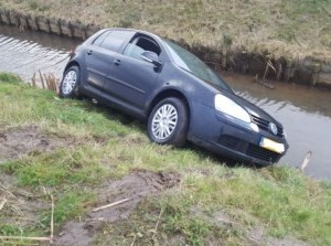Auto in sloot langs N498 Achthuizen