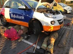 Brandweer Olympia Kazerne redt kat onder motorkap