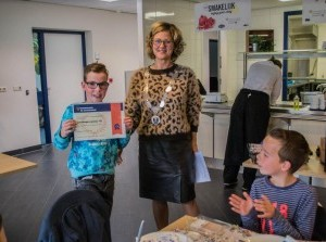 Kinderen brengen burgemeester Grootenboer ontbijtje op het gemeentehuis