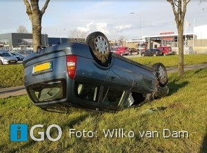 Auto over de kop Staverseweg Sommelsdijk